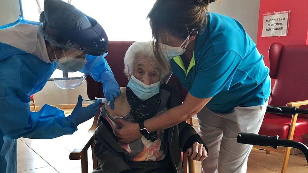 Sanitarios administran a Guillermina Conejo la vacuna contra el virus en la residencia Los Olivos. | Cedida