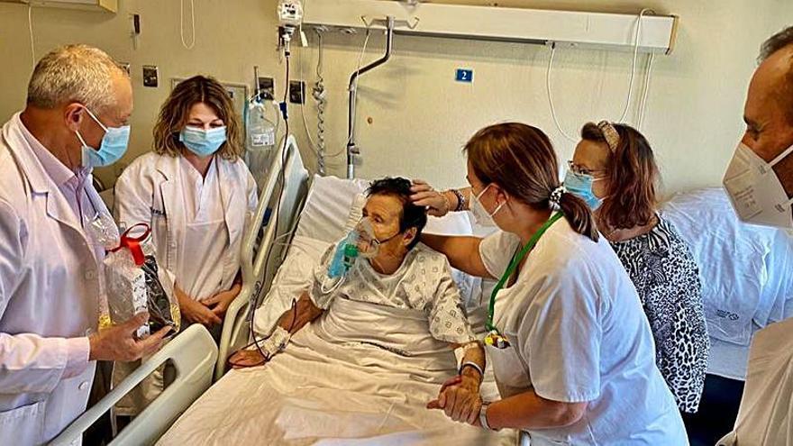 El gerente del CHOP visita en el Hospital Provincial a una vecina de Cuntis en su 100 cumpleaños