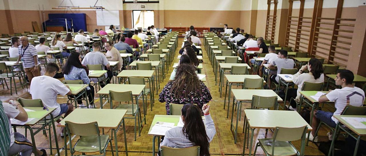 Alumnos enfrentándose a una prueba en un instituto avilesino el verano pasado.