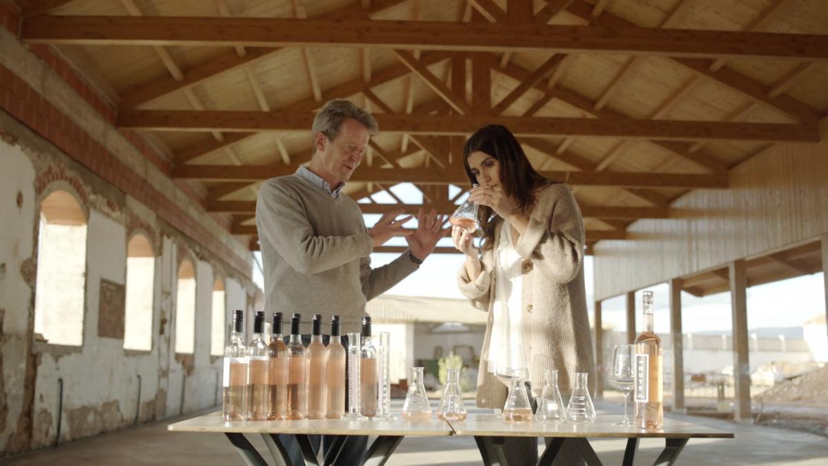 Mark O`Neill y Mery Turiel catan muestras del nuevo vino