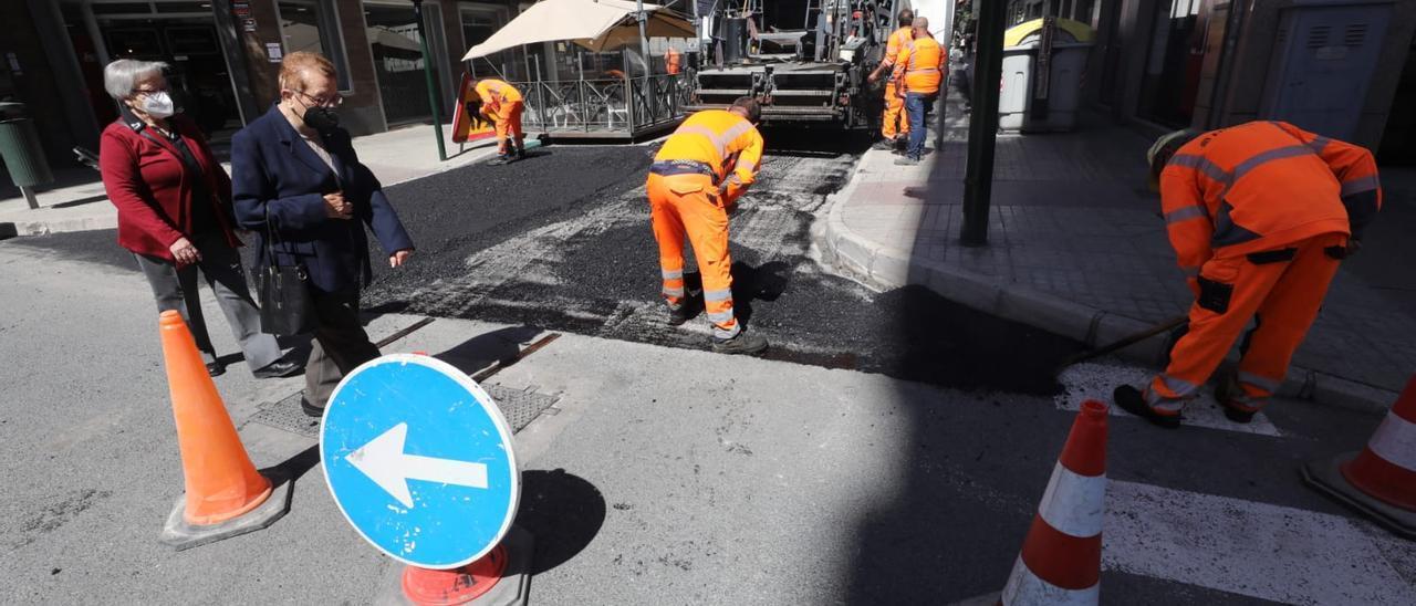 Trabajos de asfaltado este martes en el centro de Elche.