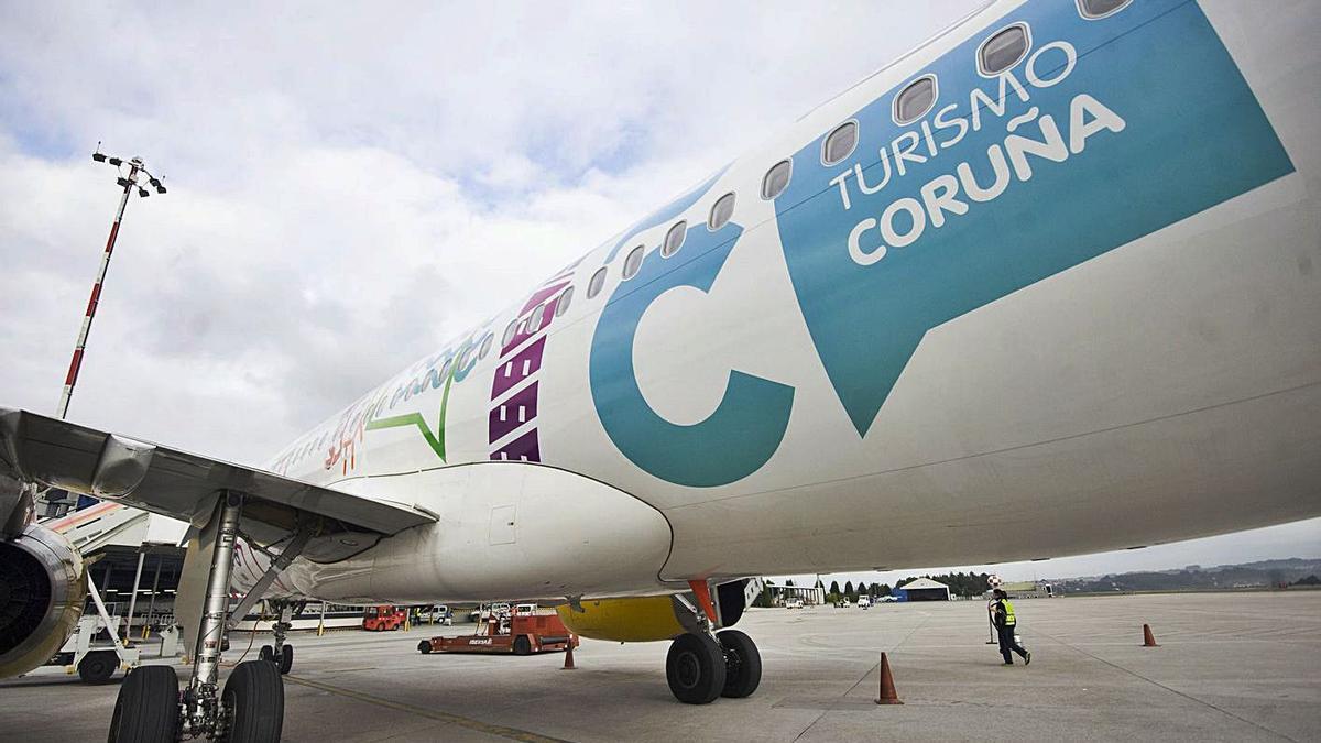 Avión de Vueling en el aeropuerto de Alvedro.  | // 13FOTOS