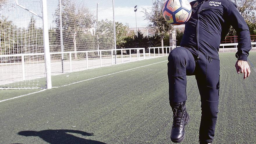 Pedro Meseguer: «Marcar goles y detener delincuentes son dos tareas igual de difíciles»