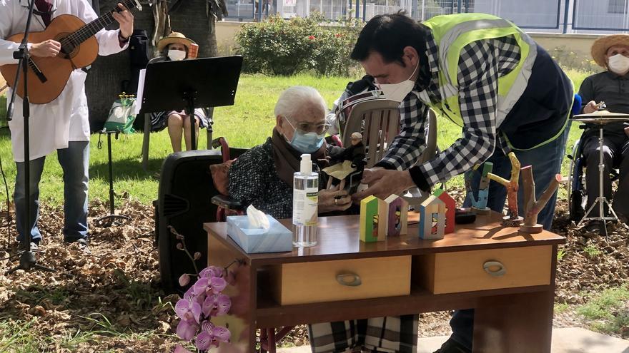 VÍDEO | Balbina cumple 105 años y recibe un homenaje con música en su residencia de Almassora