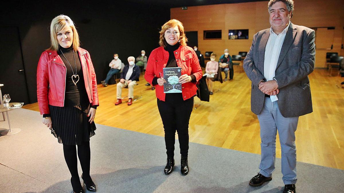 Digna Rivas,  Xulia María Barros (centro) e Juan Carlos Rodríguez, onte no Club FARO.     // MARTA G. BREA