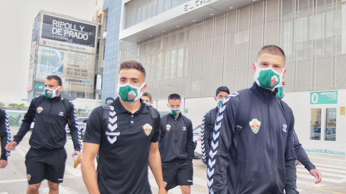 Los jugadores del Elche saliendo del Martínez Valero para ir al aeropuerto