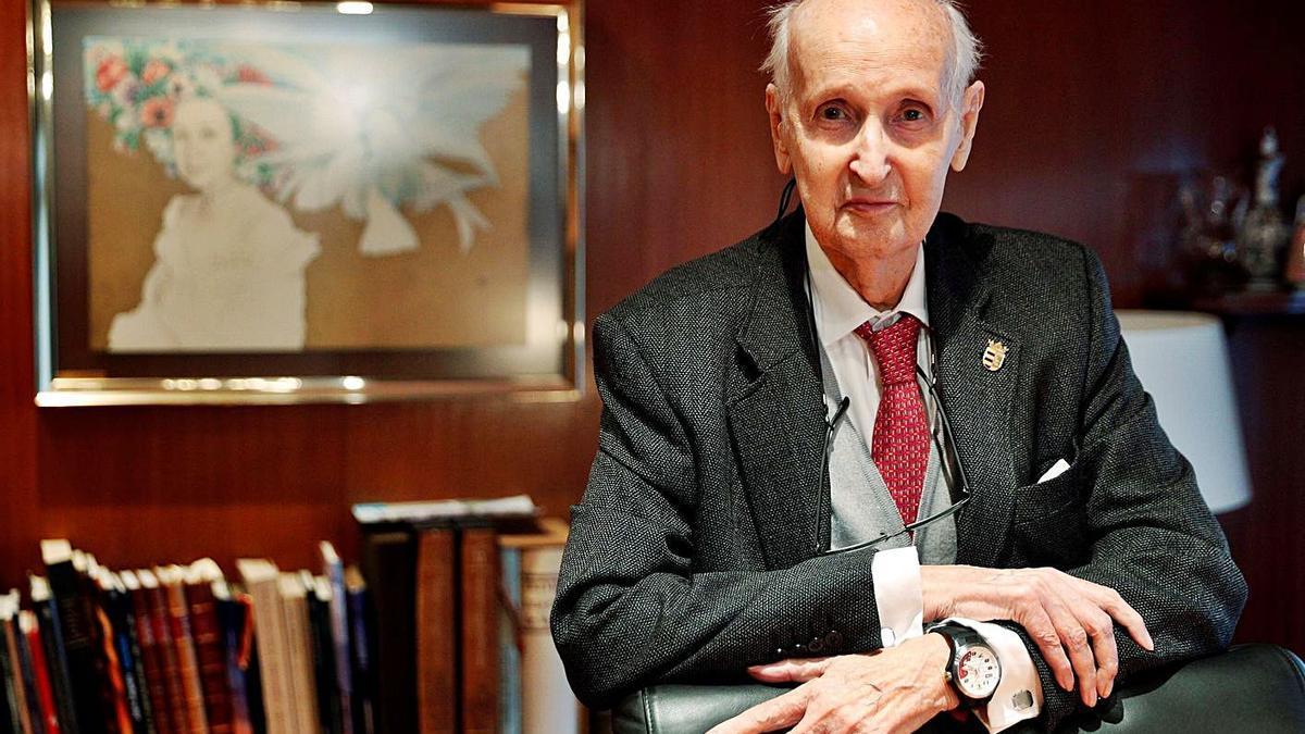 Santiago Grisolía posa durante la entrevista en la que dio su parecer sobre la gestión del covid. |