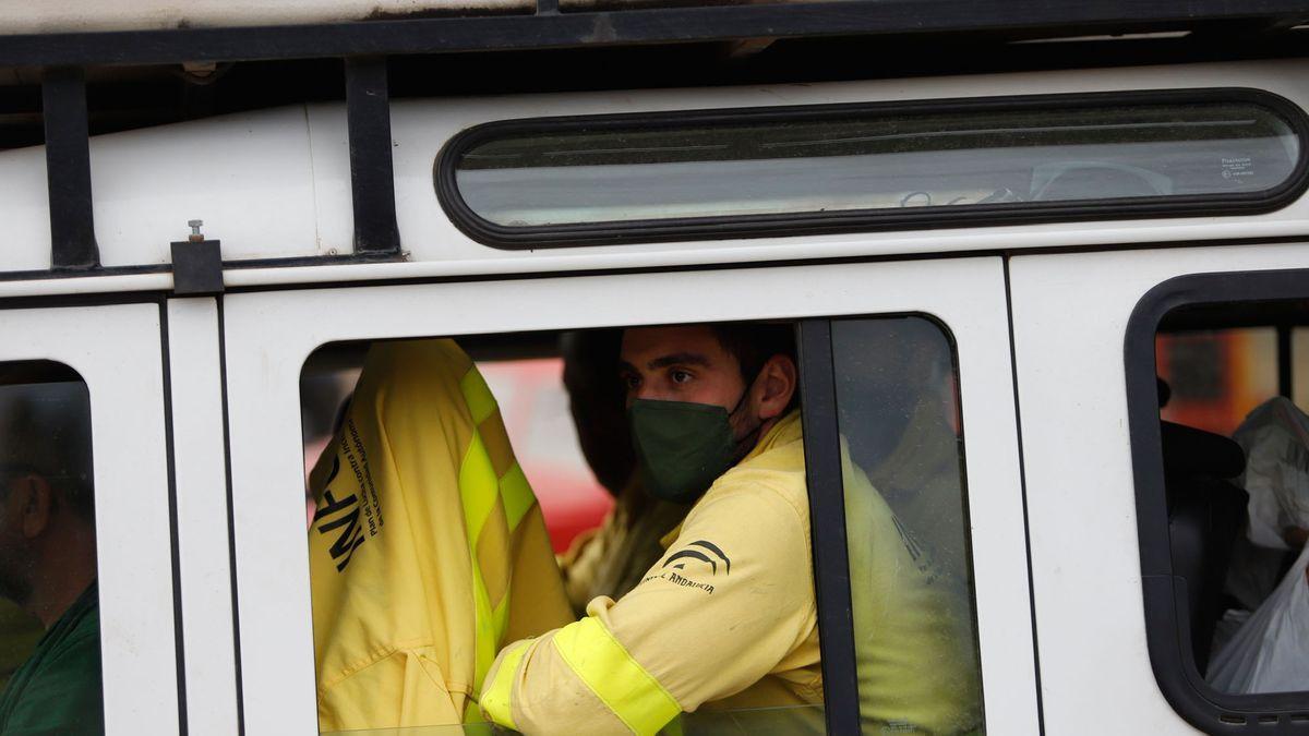 Operarios del Infoca en el incendio de Sierra Bermeja.