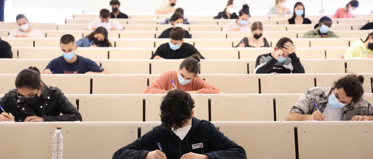 Alumnos haciendo los exámenes de la ABAU en Vigo.