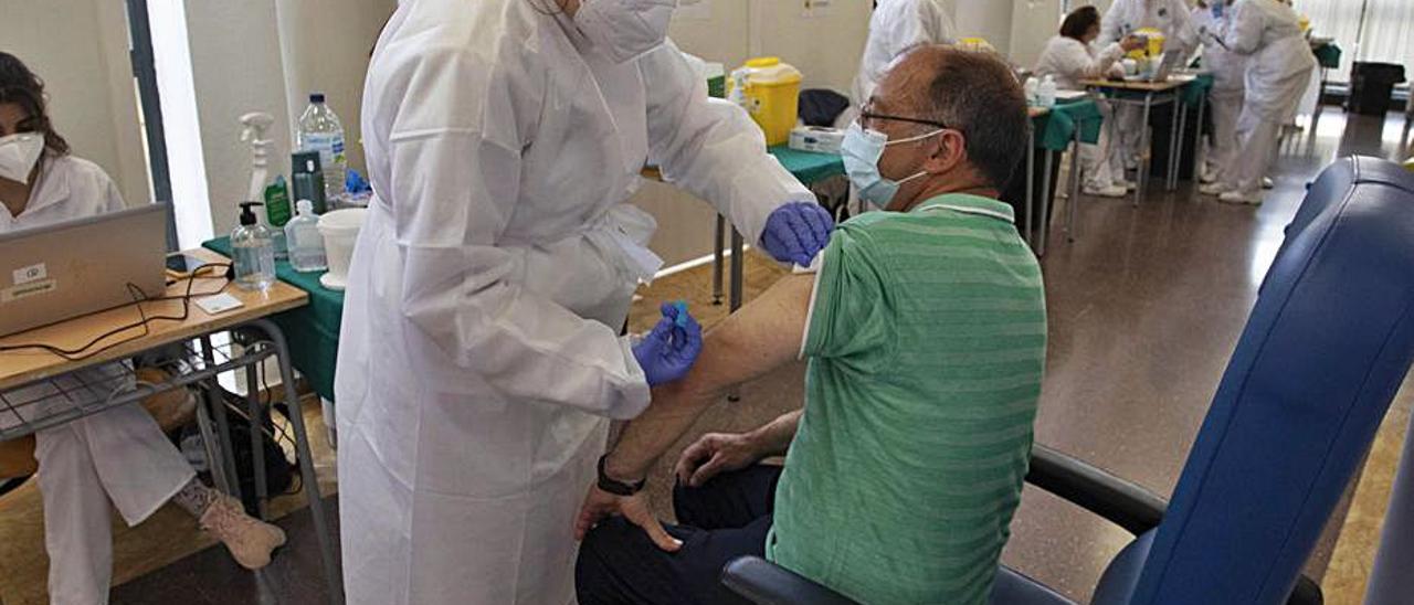 Una vacunación en el Centro Cívico del Port de Sagunt. | DANIEL TORTAJADA