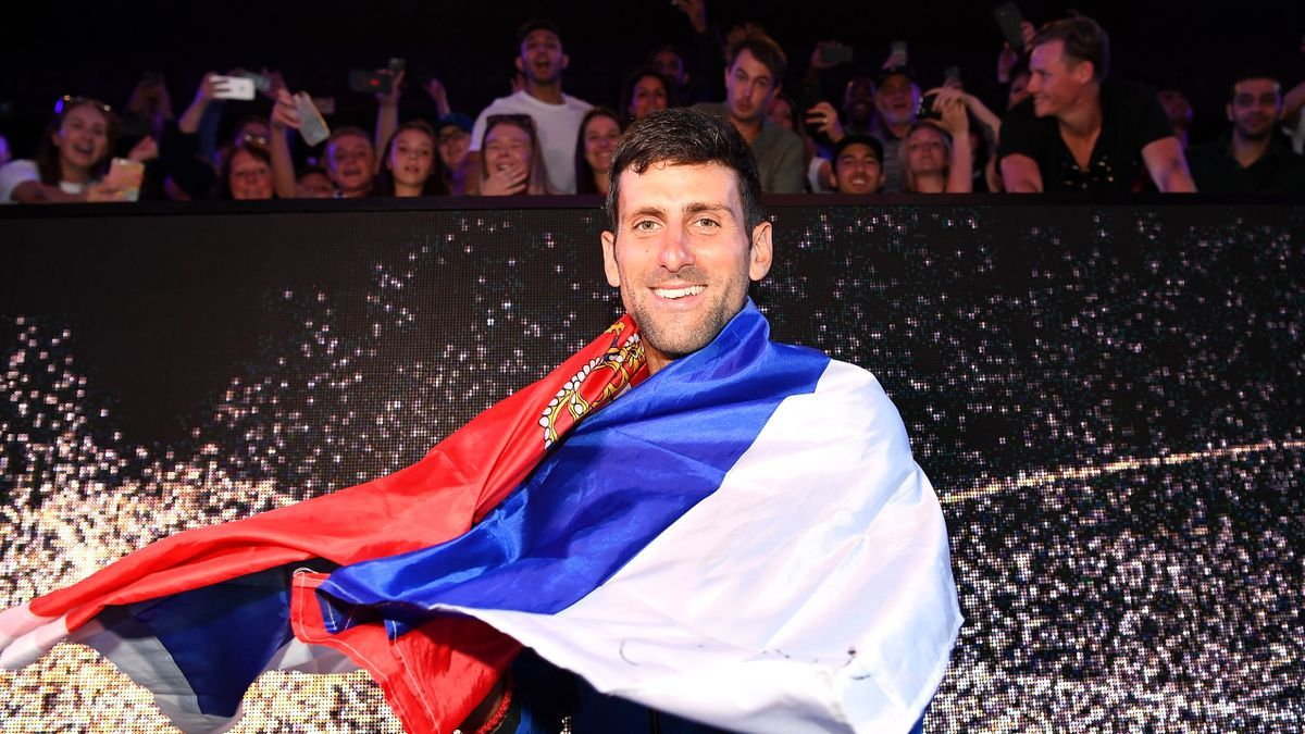 Novak Djokovic con la bandera de Serbia
