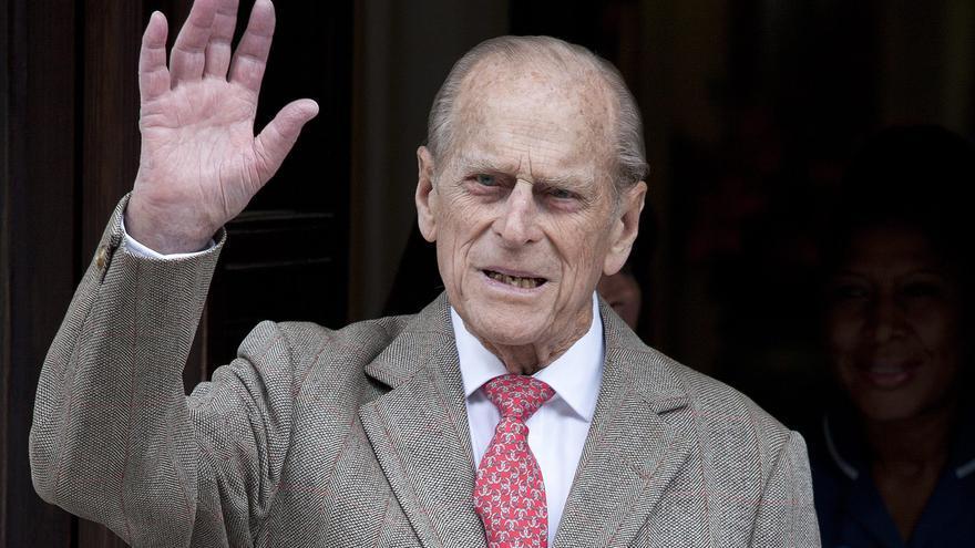 El duque de Edimburgo responde al tratamiento pero es trasladado de hospital