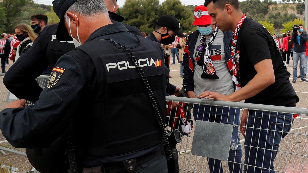 Cientos de aficionados del Atlético toman las calles