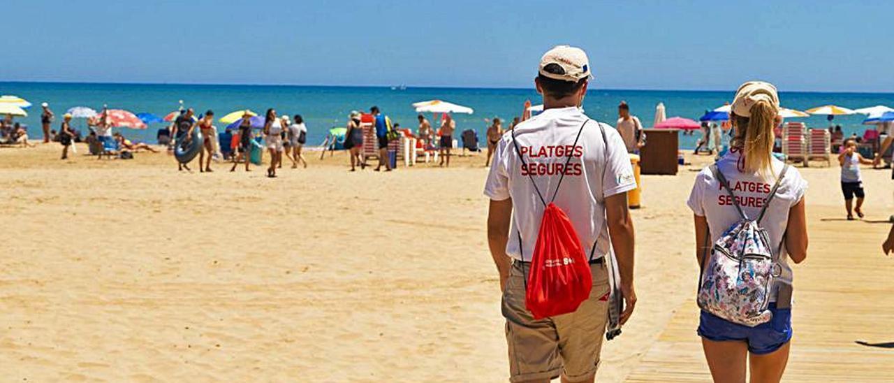 Dos informadors, a la platja de Cullera. | LEVANTE-EMV