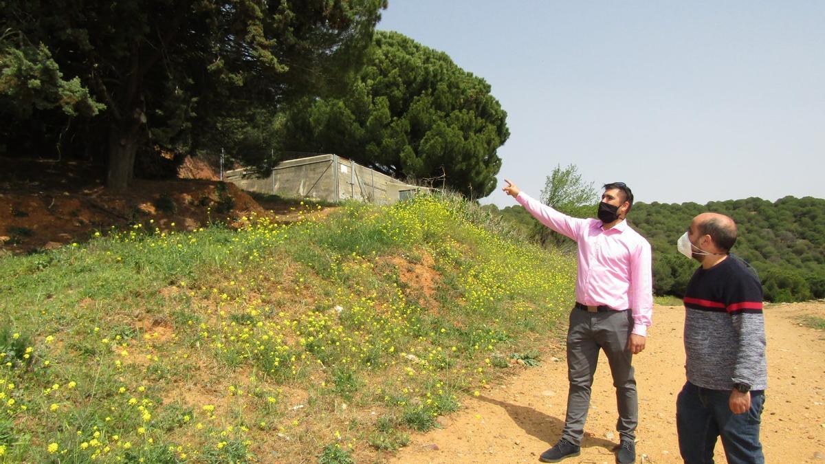Óscar Marzo y Eduardo Folgado en la visita al lugar donde se ubicará el nuevo depósito de agua de Belver de los Montes