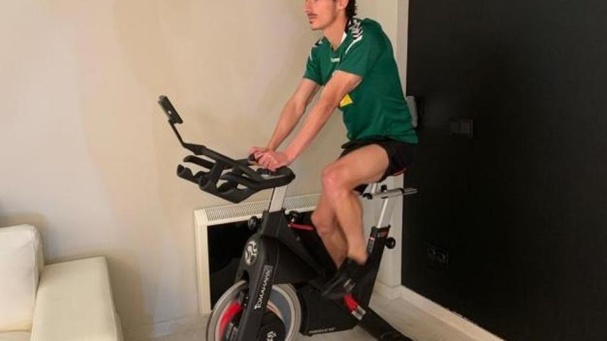 La plantilla pedalea en casa para mantener la forma