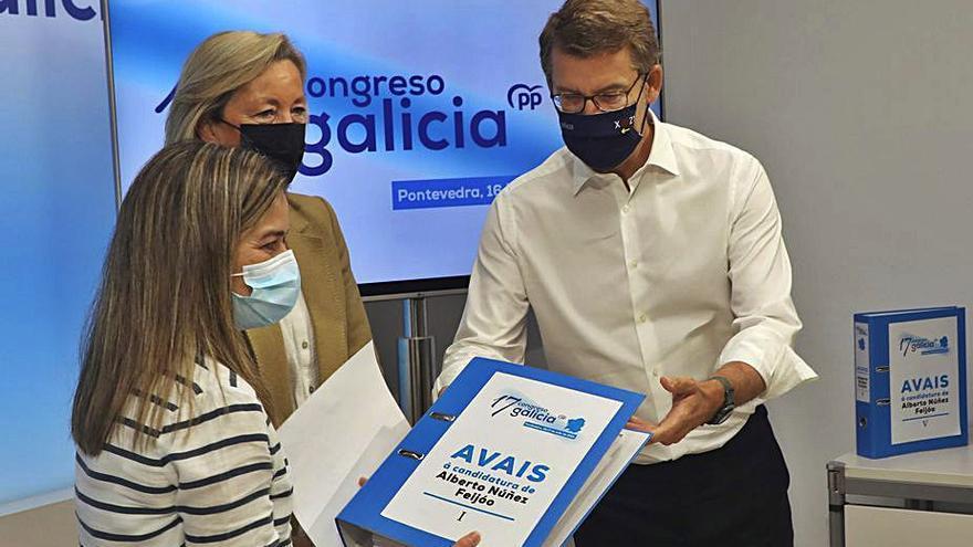 Feijóo presenta los avales para liderar el PP sin atarse como candidato a la Xunta