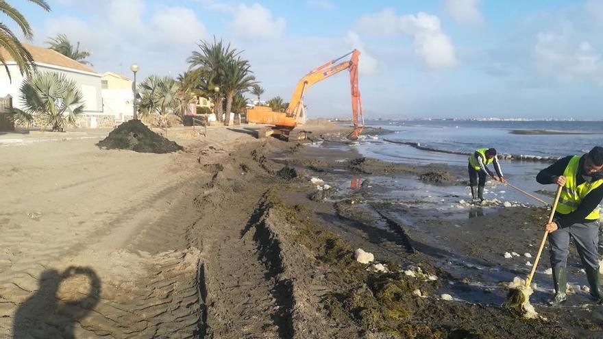 Los vecinos de Los Urrutias denuncian el mal estado de las playas