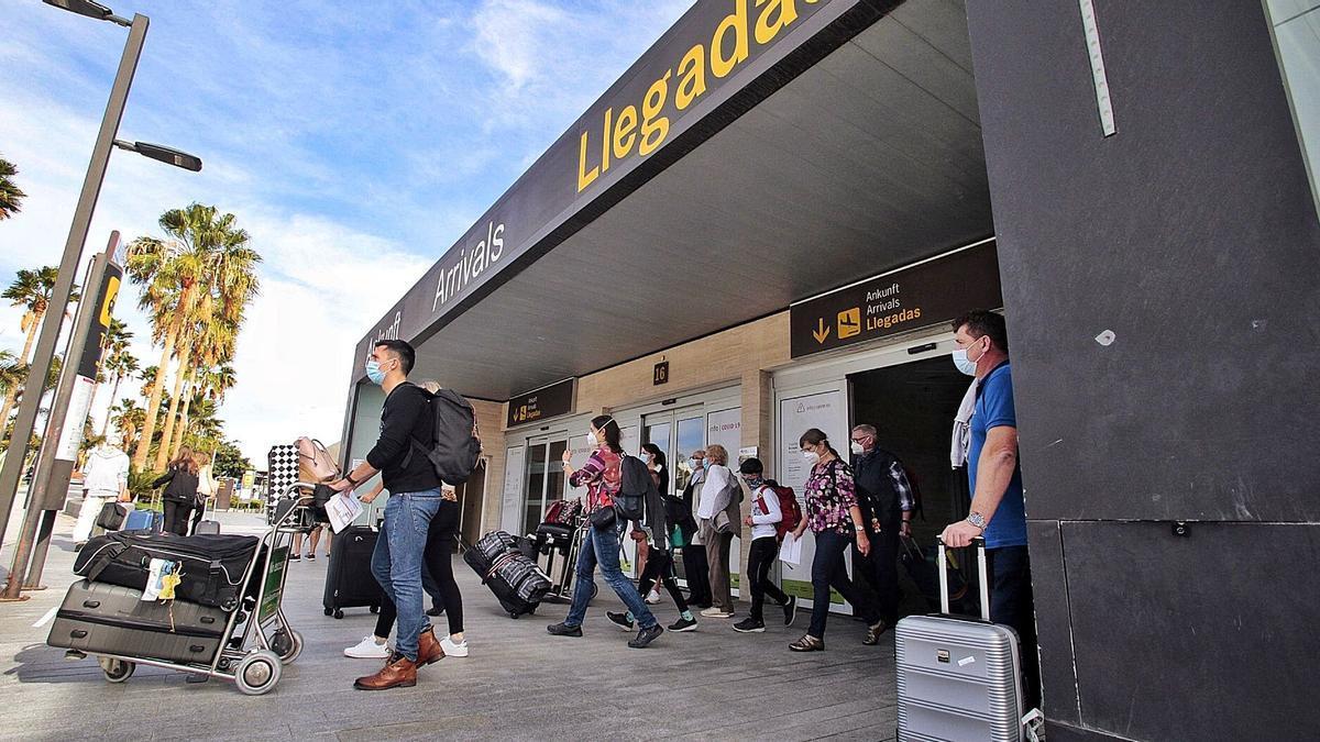 Llegada de turistas al Aeropuerto Tenerife Sur. | MARÍA PISACA