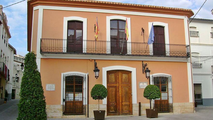 El Ayuntamiento de Villalonga, donde trabajaba la funcionaria interina trasladada a la biblioteca.   J. A. ROSELLÓ