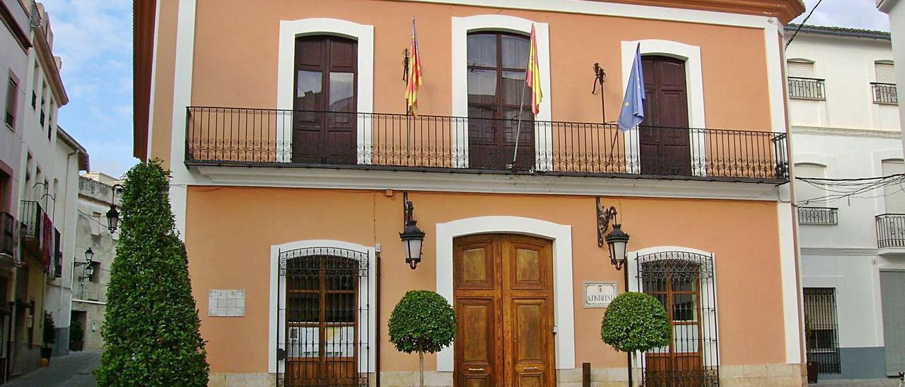 El Ayuntamiento de Villalonga, donde trabajaba la funcionaria interina trasladada a la biblioteca. | J. A. ROSELLÓ