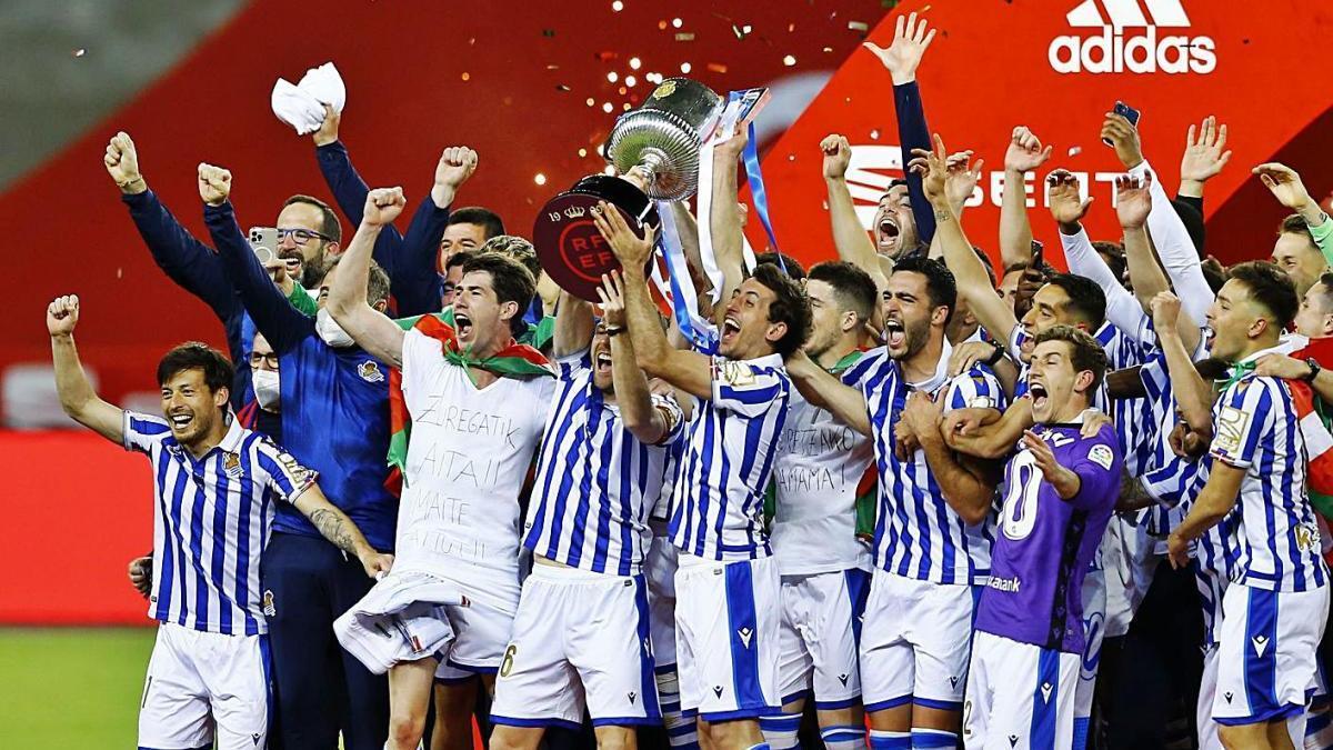 Els jugadors de la Reial Societat celebren la Copa del Rei que van guanyar ahir a Sevilla.