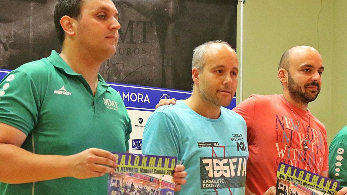 El concejal, junto al directivo Arcel Andrés y el entrenador, Ricardo Margareto.   J. L. F.