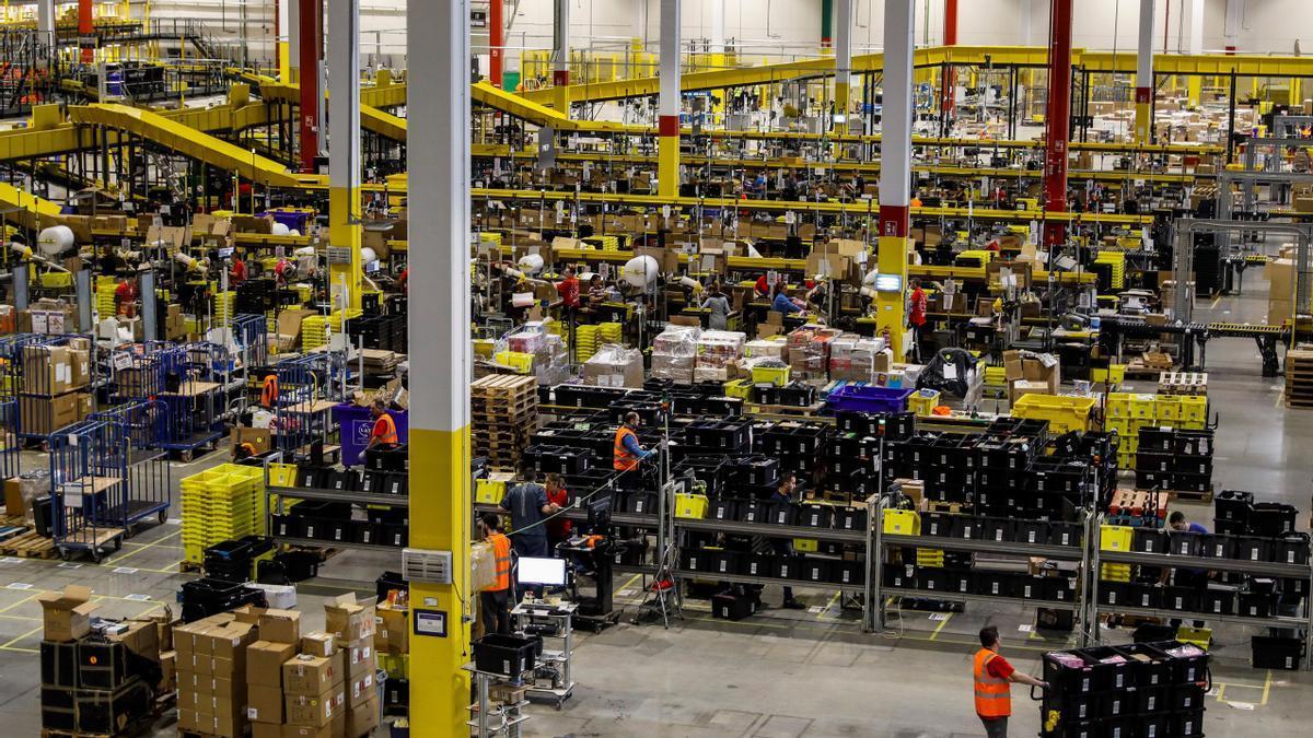 Fotografía de archivo de una nave de distribución de Amazon.