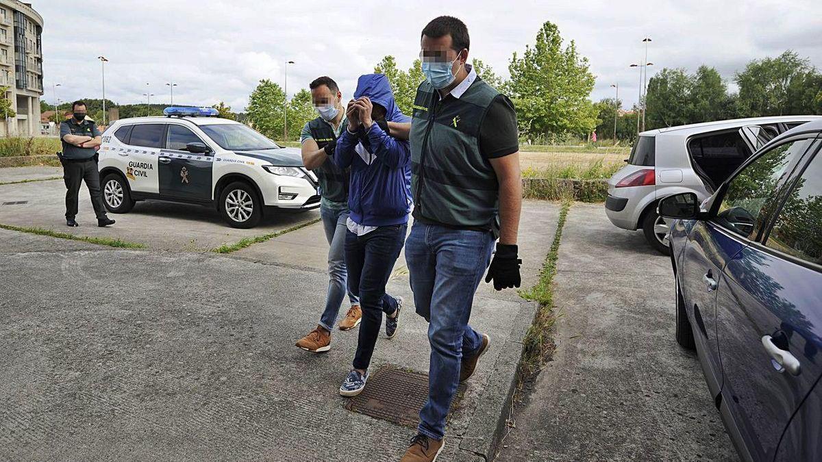 El cabecilla del grupo acusado de robos entra, ayer, en los Juzgados de Lalín.