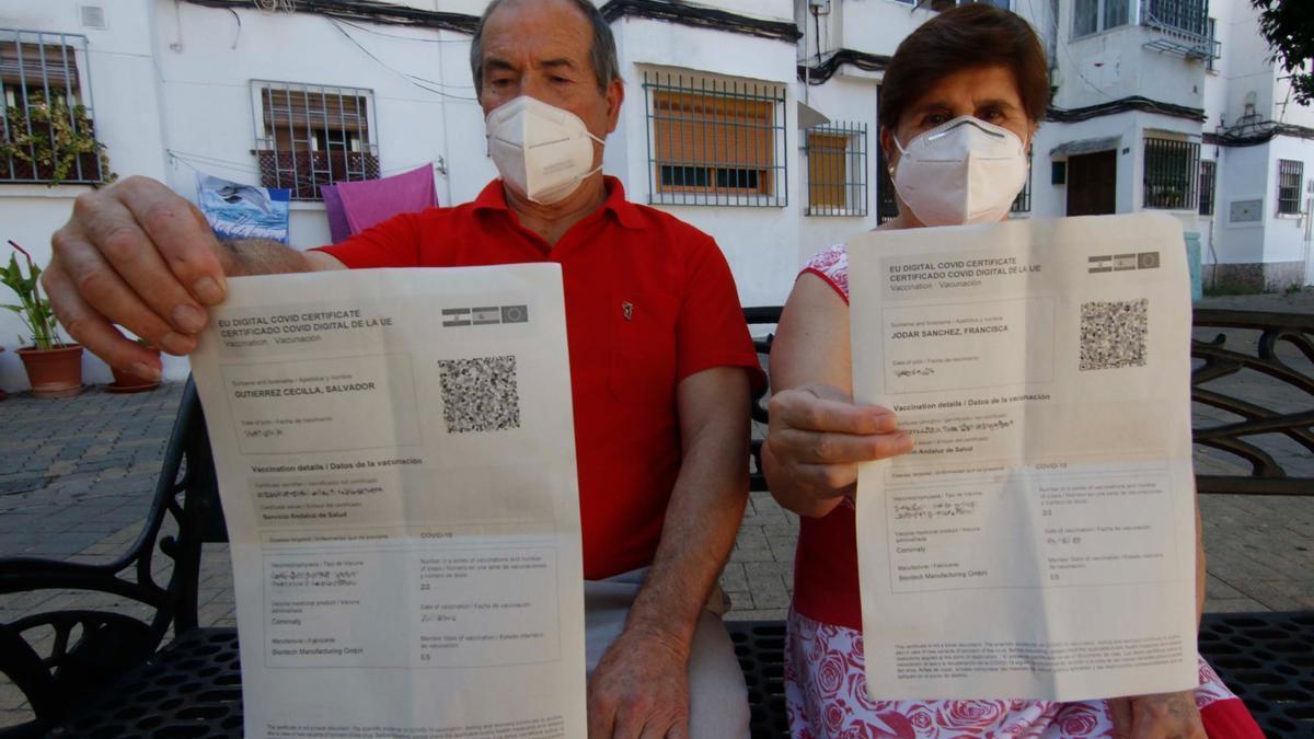 Salvador y Francisca ya tienen el certificado de vacunación, que han obtenido en su centro de salud.