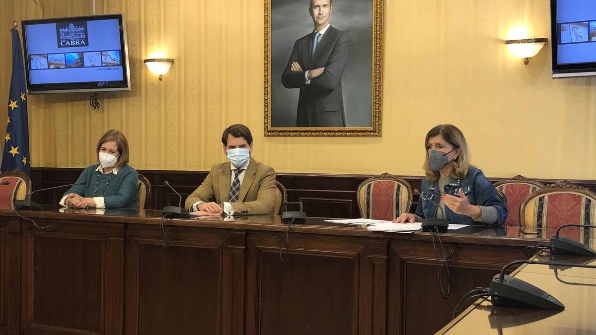 Pilar López, Fernando Priego y María Jesús Botella, durante la rueda de prensa en Cabra.
