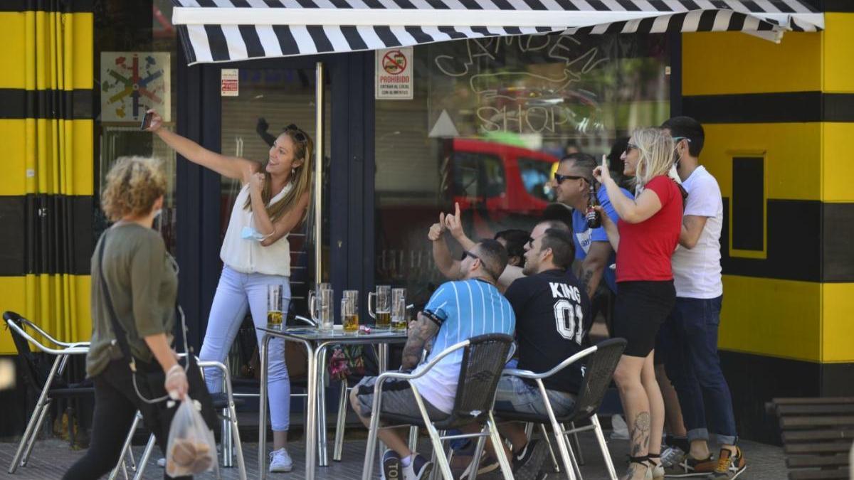Un grupo de amigos se hace una foto en la terraza de un bar de Cartagena.