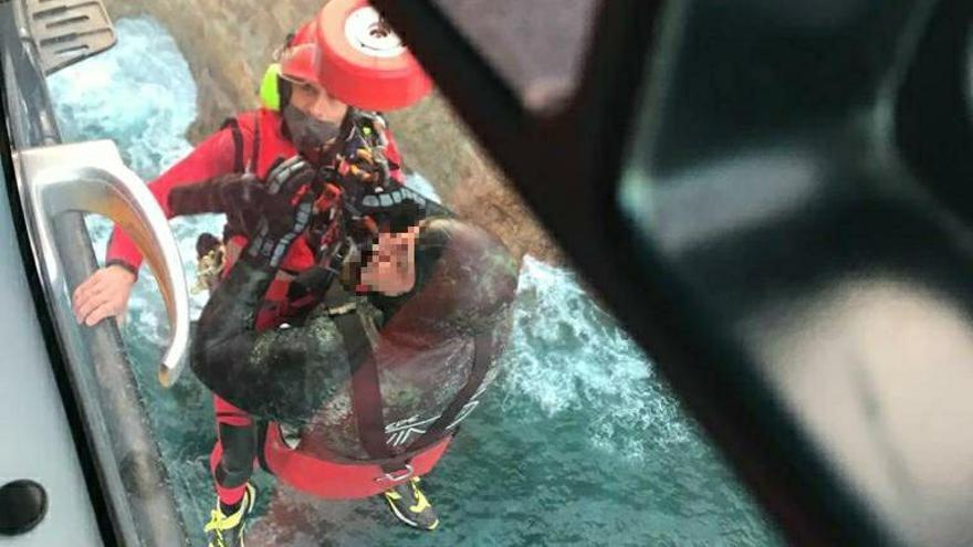 Rescatan ilesos a dos buzos que hacían pesca submarina en Cudillero