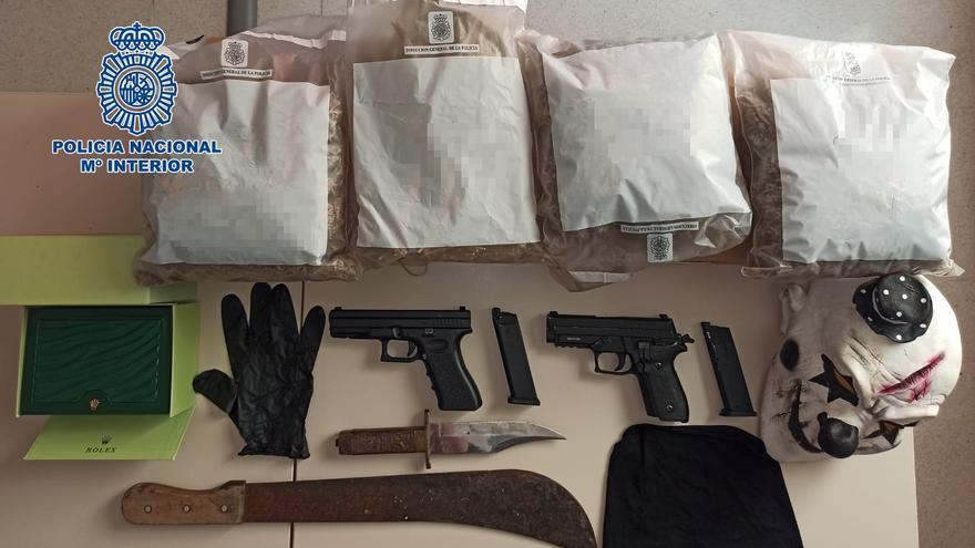 Atraca a dos compañeros de botellón y una tienda con falsas pistolas