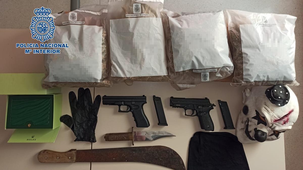 Pistolas simuladas intervenidas al detenido.