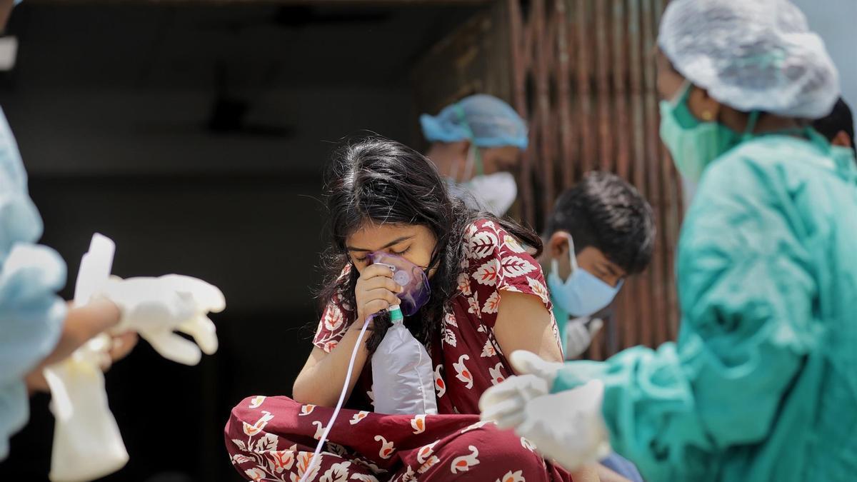 Una niña recibiendo oxígeno.