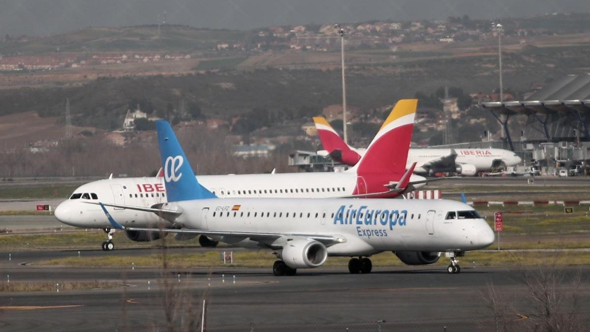 Un avió d'Iberia i una d'Air Europa a l'Aeroport de Barajas, foto d'arxiu