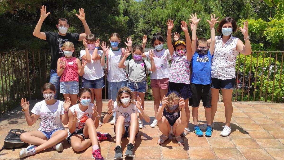 Grupo de niñas y niños que participó en el taller de lengua de signos.