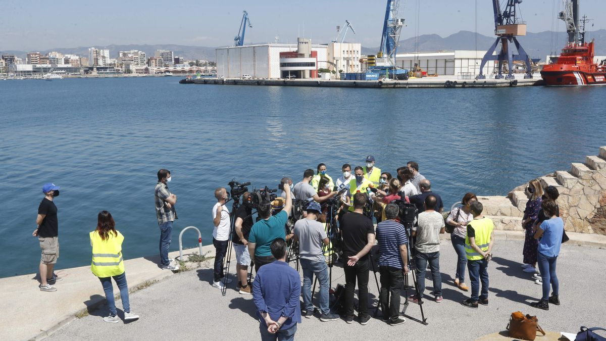 Expectación este sábado en el puerto de Castelló para cubrir el fatal accidente.