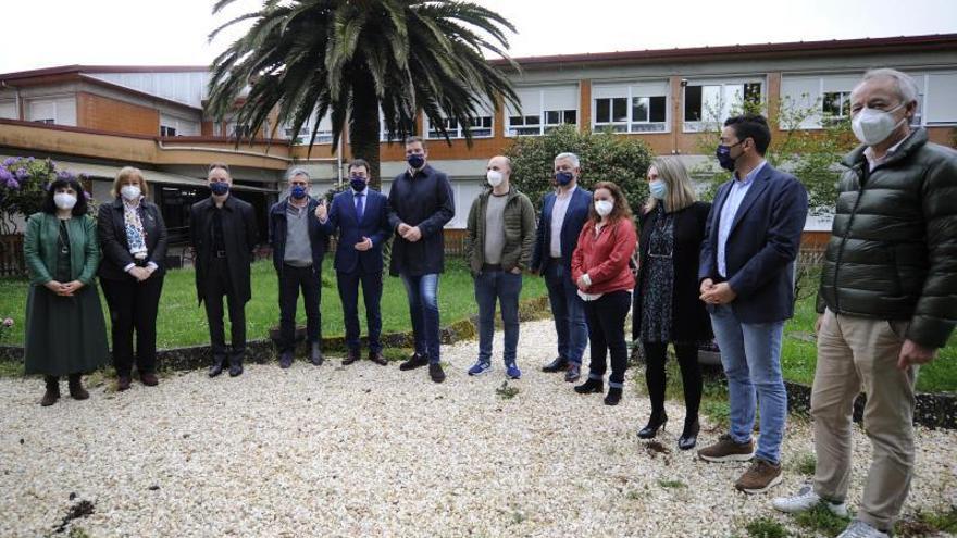 El conselleiro Román Rodríguez presentó, ayer, el proyecto al equipo directivo. |   // BERNABÉ/JAVIER LALÍN