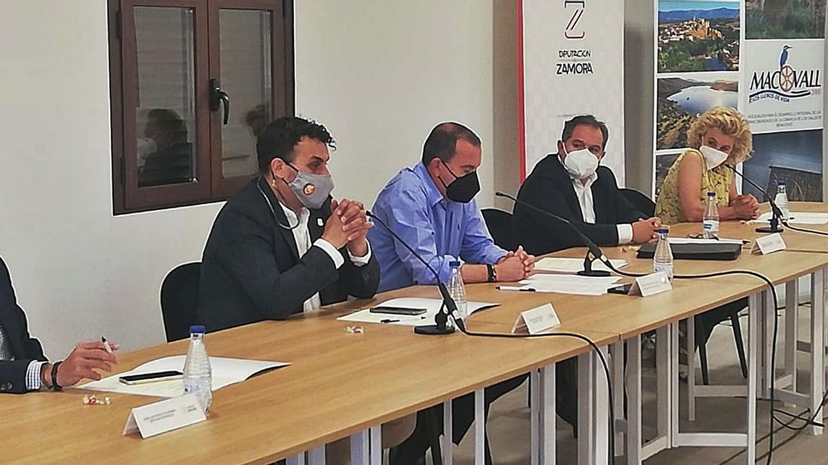 José Luis Prieto, Tomás del Bien, Francisco Requejo, Sergio del Teso y Atilana Martínez en la reunión.   Cedida