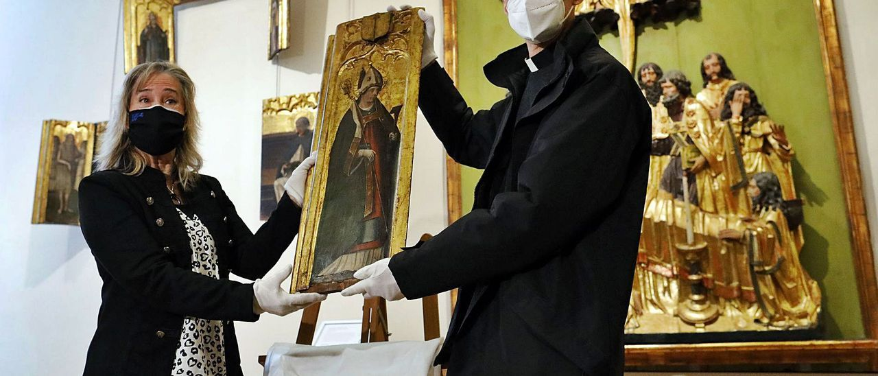 La restauradora María Gómez y el director del Museo de la Catedral, José Verdeguer. | MIGUEL ÁNGEL MONTESINOS