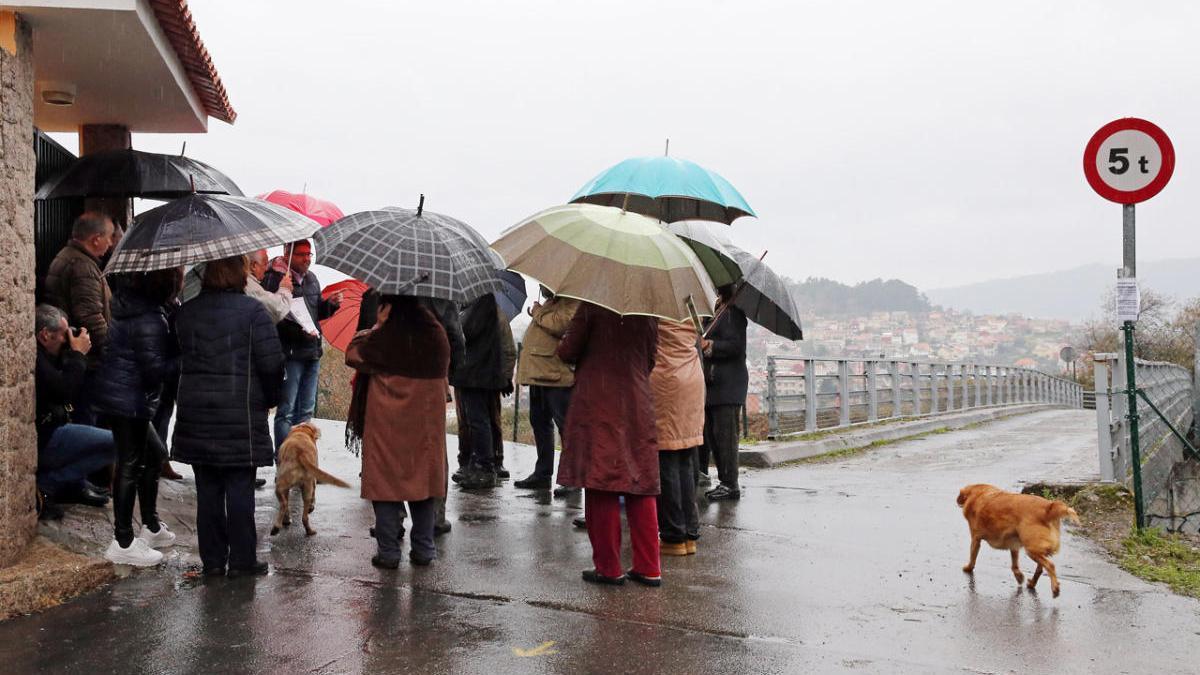 Vecinos de Teis en una anterior protesta por la situación de los pasos elevados por la AP-9. // Marta G. Brea