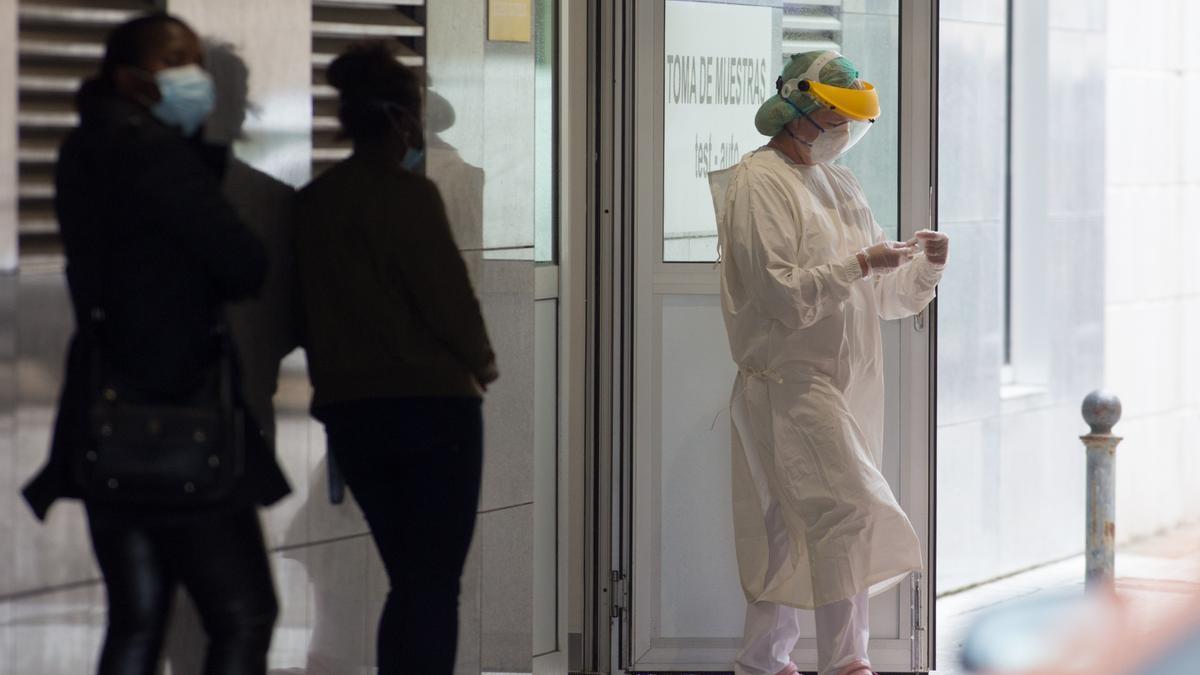 Pacientes esperan para someterse a las pruebas de COVIDC-19 en un hospital