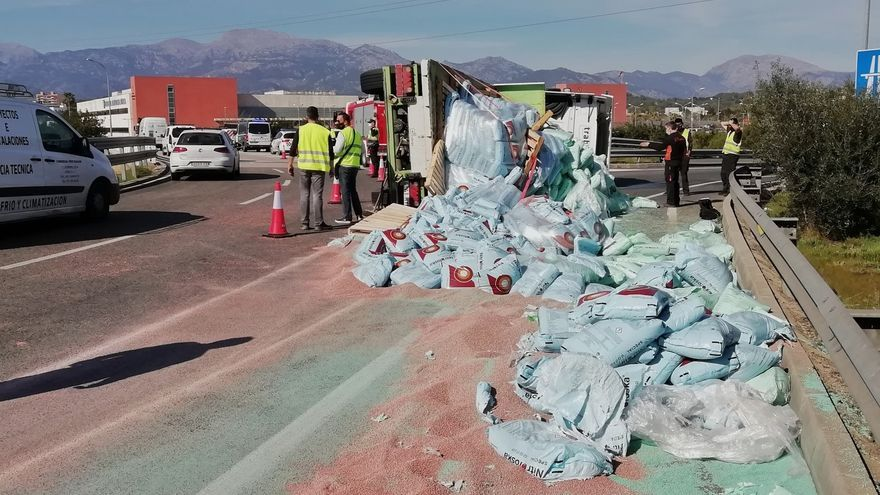 El vuelco de un camión obliga a cortar una de las salidas de Inca a la autopista