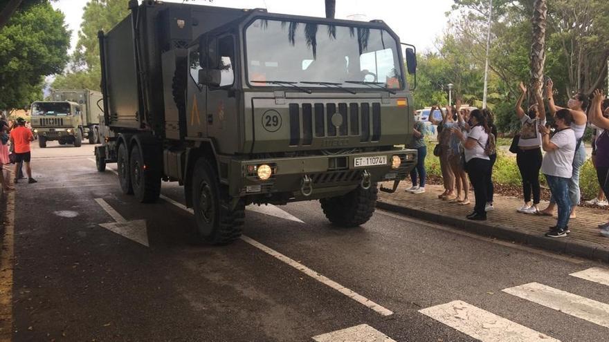 Vecinos de Estepona despiden a los efectivos de la UME que han trabajado contra el fuego