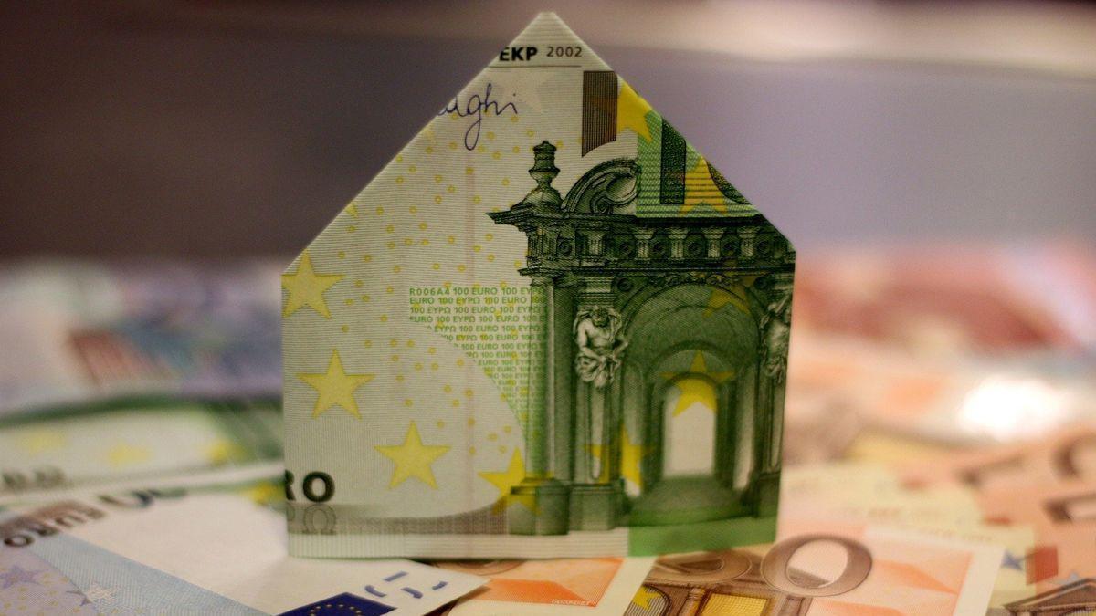 Imagen de una casa hecha con billetes