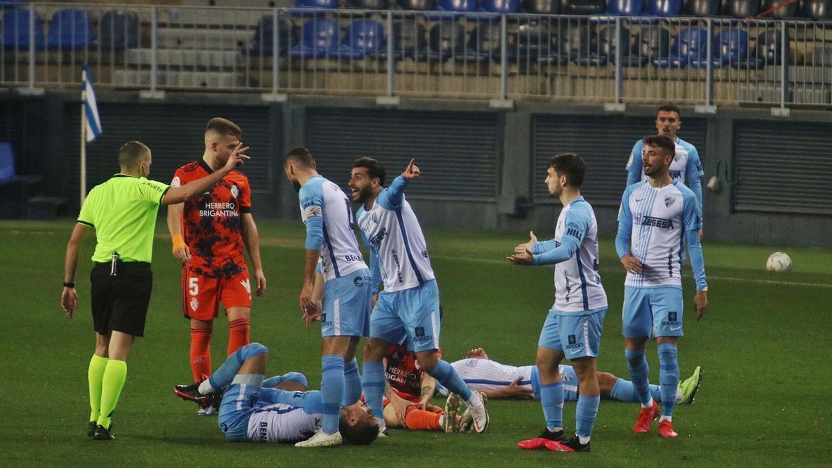 Los jugadores protestan al colegiado una acción en el último encuentro.