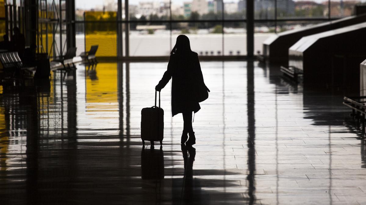 Una mujer con una maleta en el aeropuerto de Madrid - Barajas Adolfo Suárez.