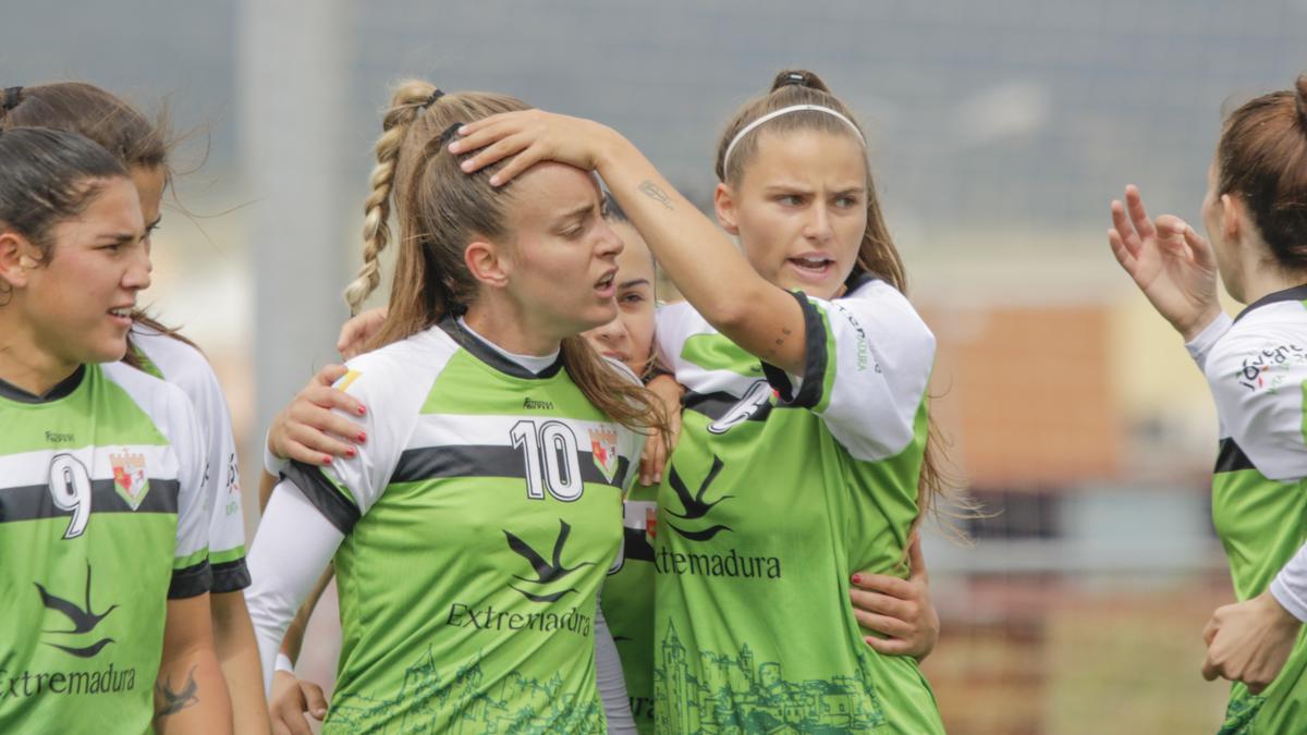 Jugadoras del Femenino Cáceres celebrando uno gol de los dos goles de Nerea. A su derecha, Mara.